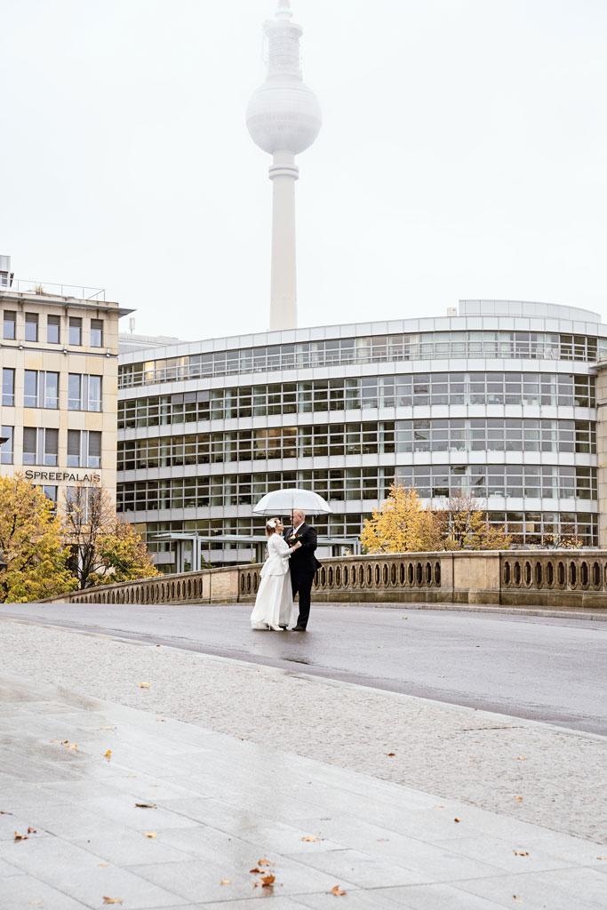 Hochzeitspaar in Berlin auf der Brücke
